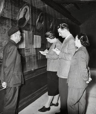 <b>Afgevaardigd</b> In 1956/1957 bezoekt een CPN-delegatie onder leiding van Annie Averink China. Samen met de twee andere leden, Gerard Maas en Gerrit de Vries (met bril achteraan), schrijft ze het boek <i>China werpt het juk af</i> over hun ervaringen.