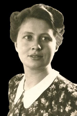 <b>Verzetsheldin</b> Annie Averink is tijdens de Tweede Wereldoorlog zeer actief in het verzet. Daarna klimt ze op binnen de CPN. Ze wordt lid van het dagelijks bestuur, zit voor de partij in de Eerste en Tweede Kamer. Ook onderhoudt ze contacten met geestverwanten in de Sovjet- Unie en China. Deze foto is in 1943 gemaakt door haar vader die een fotostudio had, waar ook foto's voor het verzet werden ontwikkeld.
