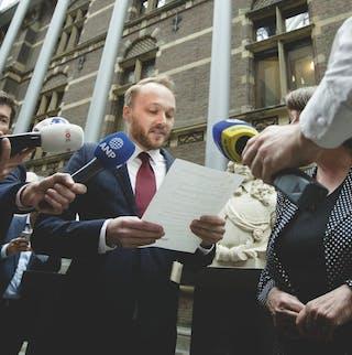 Arjen Lubach overhandigt de petitie van het burgerinitiatief 'Farao der Nederlanden' aan de Tweede Kamer